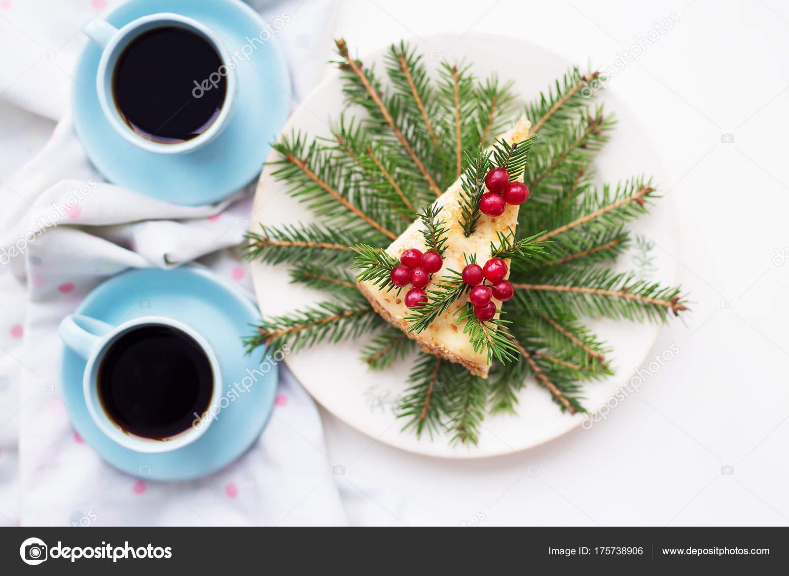 Pastel Decorado Arbol De Navidad Ramas Y Bayas Sobre Un Fondo Del