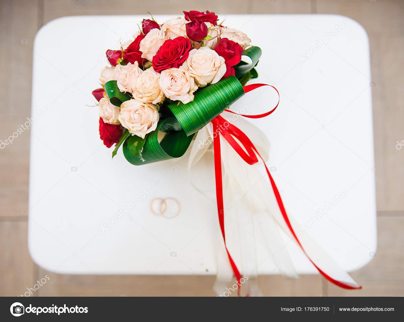 Ramo Con Flores Rojas Y Blancas En Una Silla Con Un Anillo De Boda
