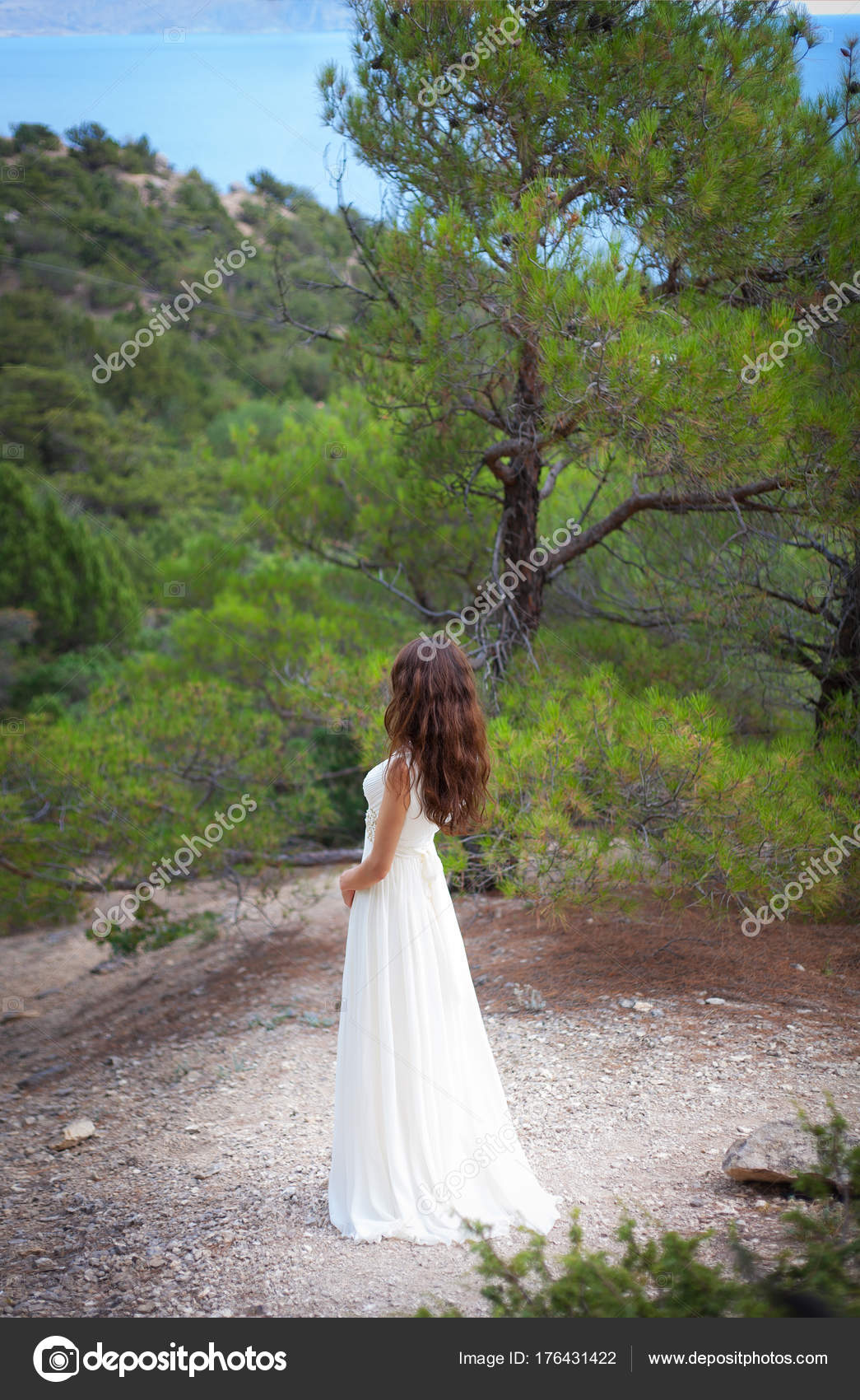 schönes Mädchen tragen weißes flowy Kleid im Wald — Stockfoto ...