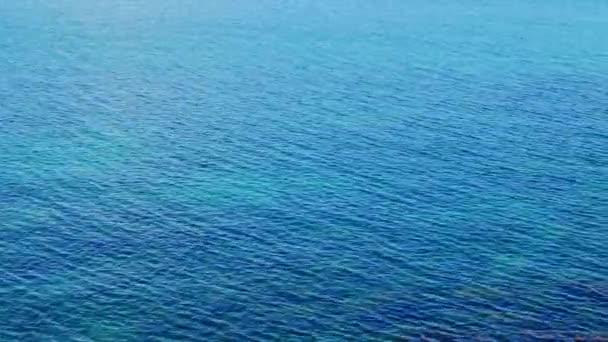 povrch tyrkysové vody z alpského jezera