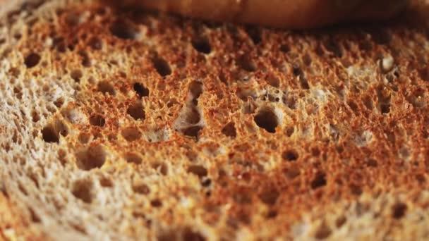 Tejszínes mogyoróvaj kenése teljes kiőrlésű pirítóson, egészséges reggeli választék, 4k