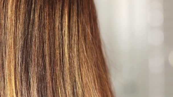 Lange brünette Haare mit Highlights Nahaufnahme, junge Frau mit glattem, glänzend gefärbtem Haar, farbige Schichten, Pflegekonzept, 4k
