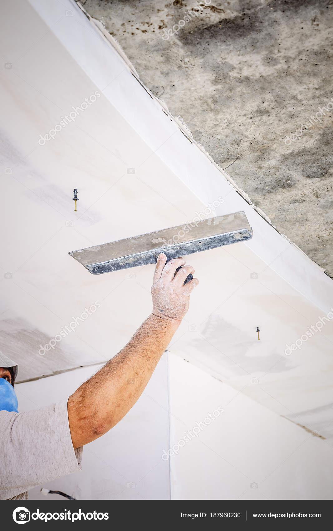 arbeiter mit wand verputzen werkzeuge — stockfoto © bozhdb #187960230