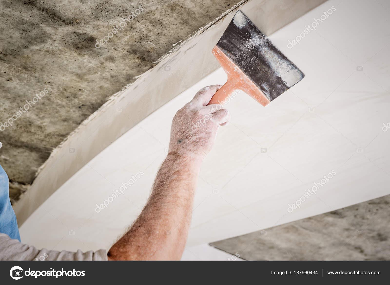 Arbeiter mit Wand verputzen Werkzeuge — Stockfoto © bozhdb #187960434