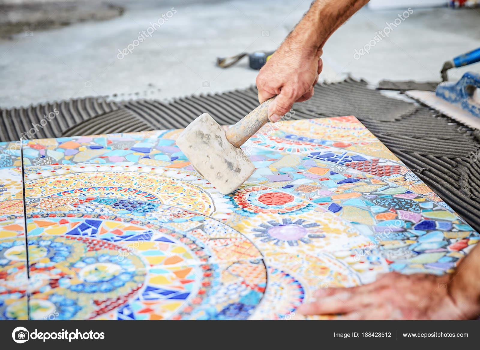 Posa di piastrelle di ceramica pavimento u foto stock bozhdb