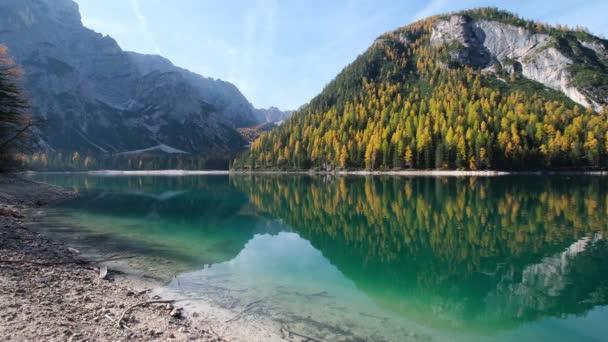 Podzimní klidné alpské jezero Braies nebo Pragser Wildsee. Fanes-Sennes-Prags národní park, Jižní Tyrolsko, Dolomity Alpy, Itálie, Evropa. Malebné cestování, sezónní a příroda krásy koncepce scény.