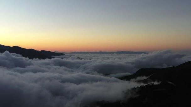 Kora reggeli köd kapaszkodik a hegyvonulat a vidéki Dél-Costa Rica