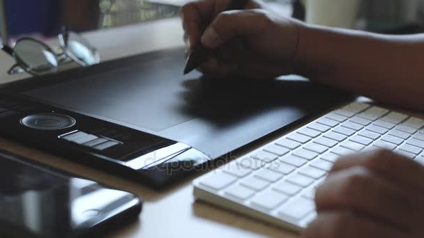 Návrháře práci s grafickým tabletem, ruce muže pracující s nakreslenými tablet pro počítač, modře tónovaným, Soft zaměřit výstřel (Hd, s vysokým rozlišením 1080p)