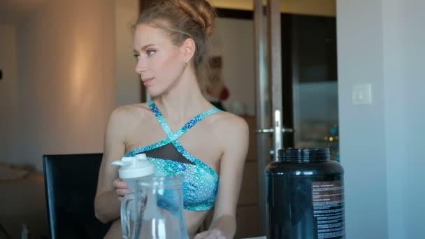 zdravé stravování žena pije bílkovin z plastová skla, sportovní potravin