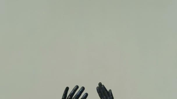Geïsoleerde handen op grijze achtergrond volledig bedekt met