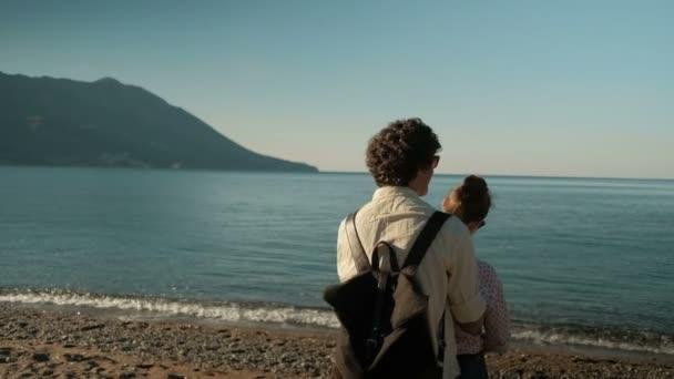 Milující šťastnému páru chodit na jezeře, ustoupil, objetí venku