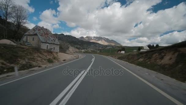Provoz na rovné silnici do hor na jaře