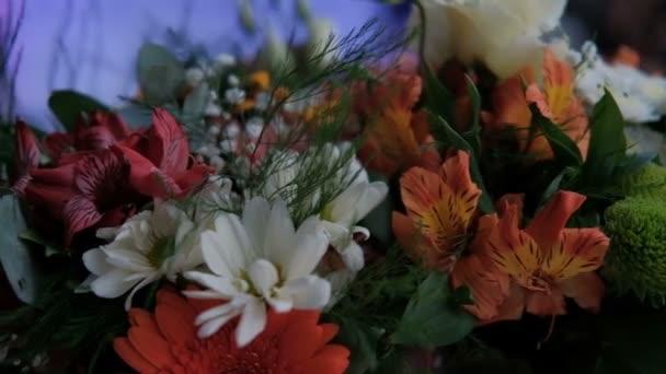 Kytice z oranžové, bílé a červené barvy s greeny