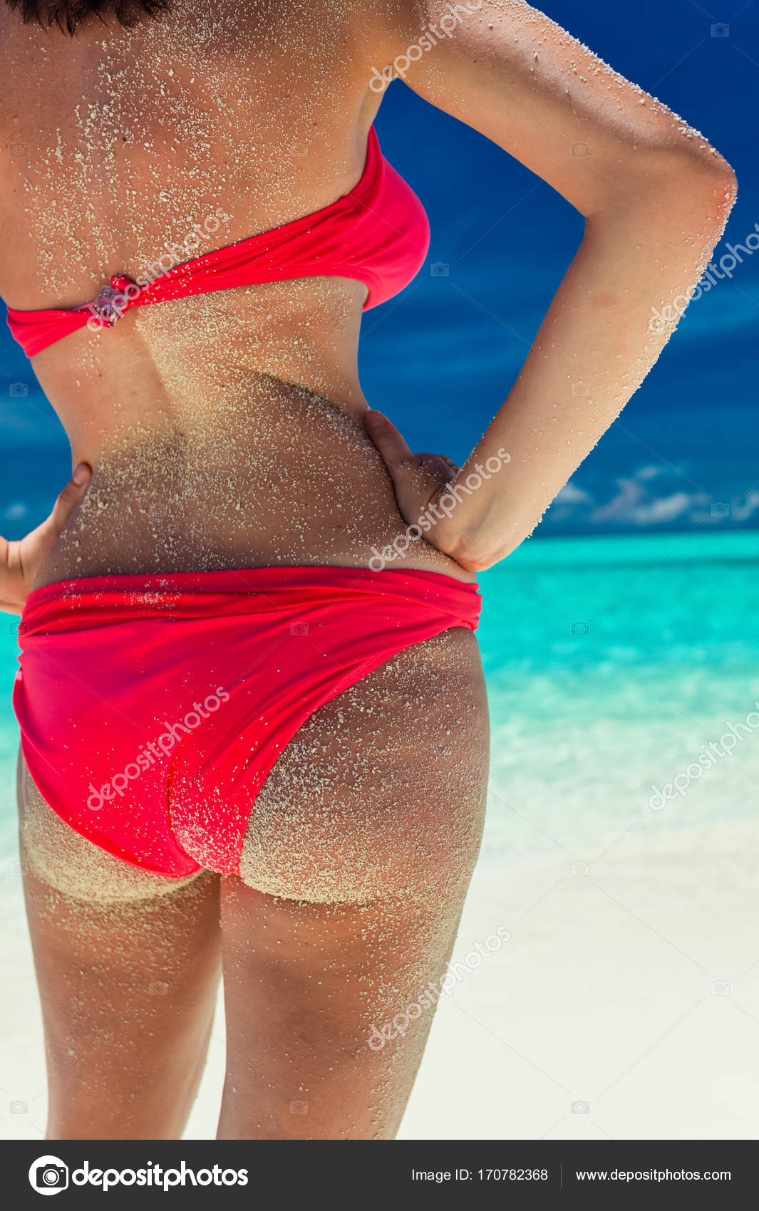 a4255ceac2a9 Mujer en bikini rojo en la playa tropical — Fotos de Stock ...