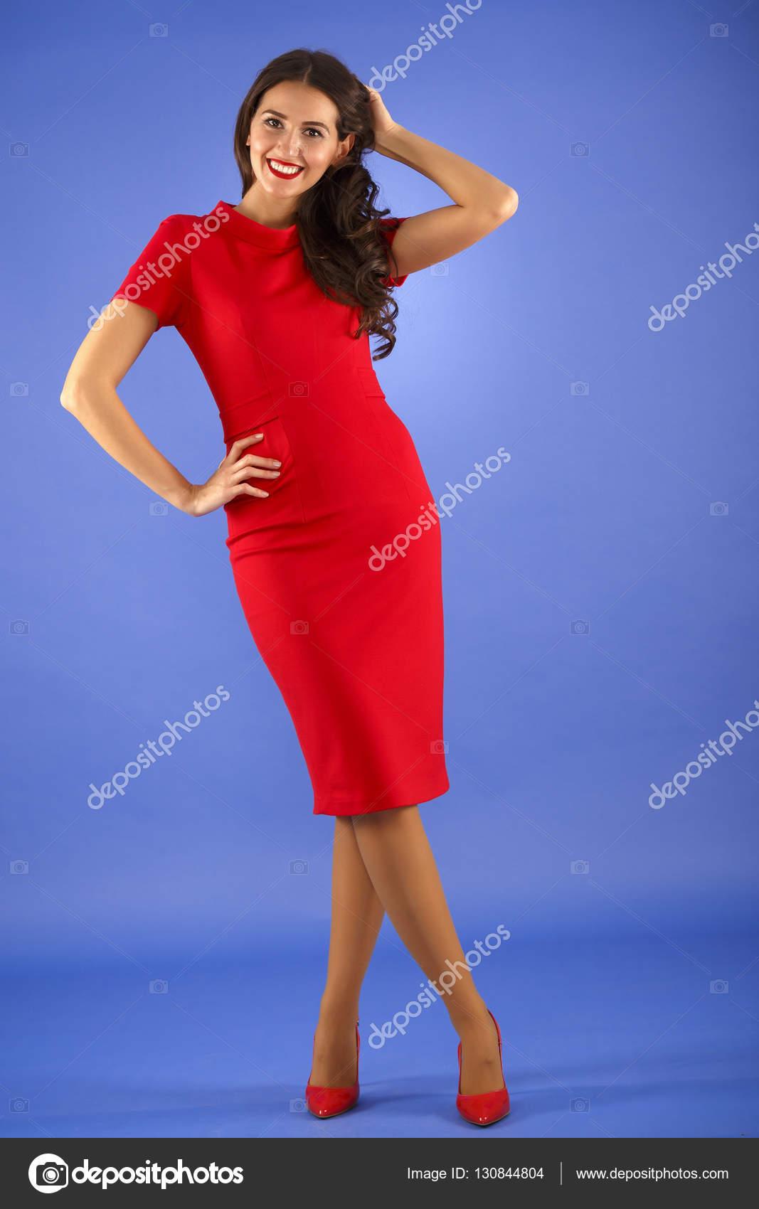 schöne Frau mit eleganten roten Kleid — Stockfoto © czamfir #130844804