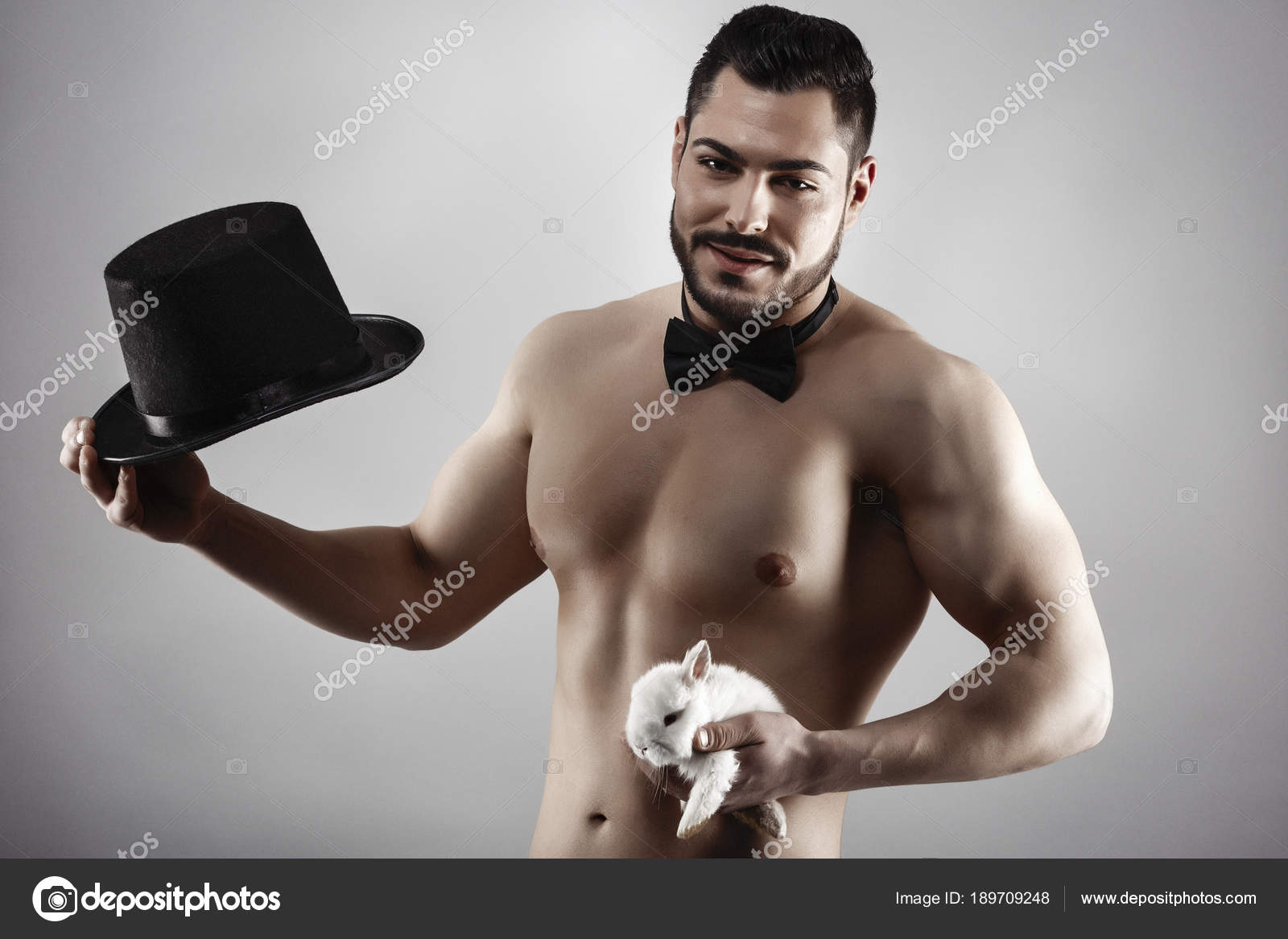 Сексуальный волосатый мускулистый мужчина