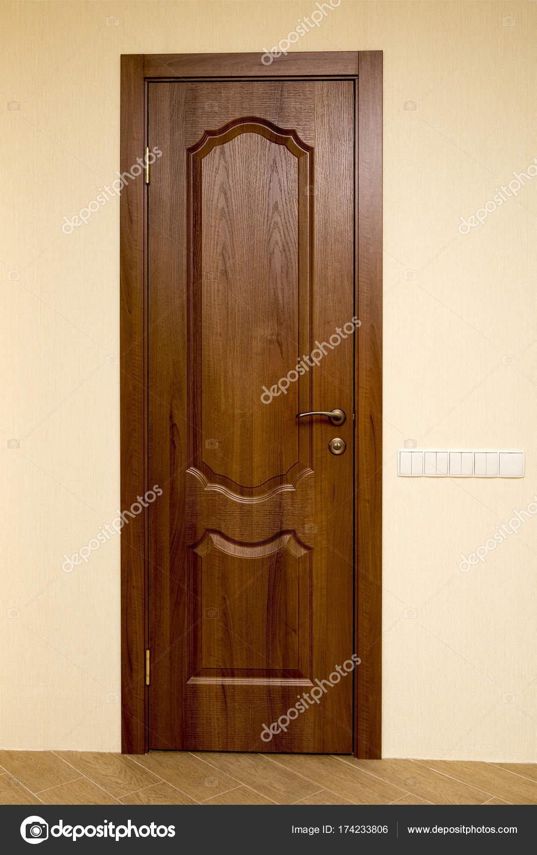 het nieuwe interieur deur is bruin in het nieuwe appartement stockfoto