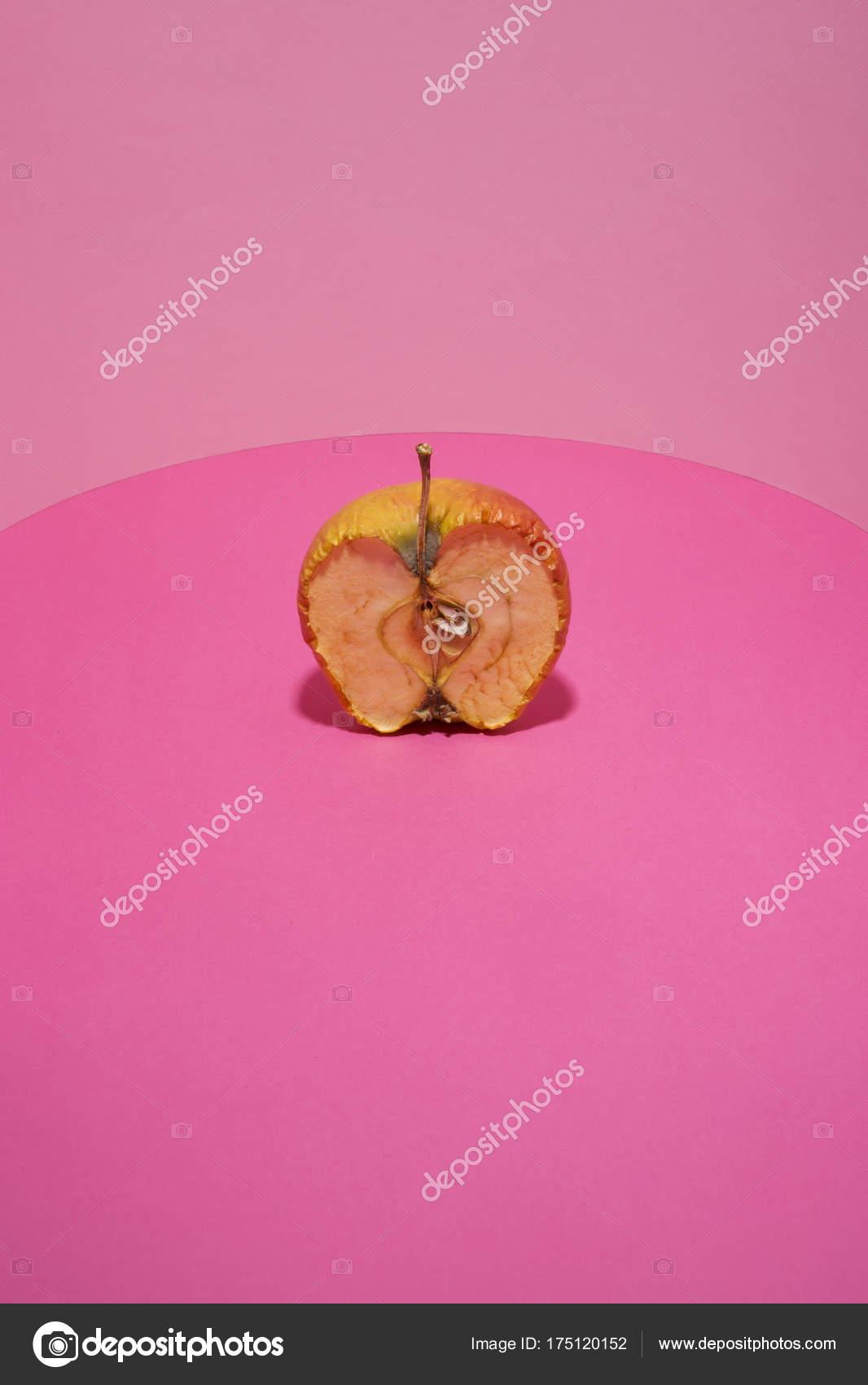 Vecchia Mela Taglio Sfondo Rosa Foto Stock Nanabad 175120152