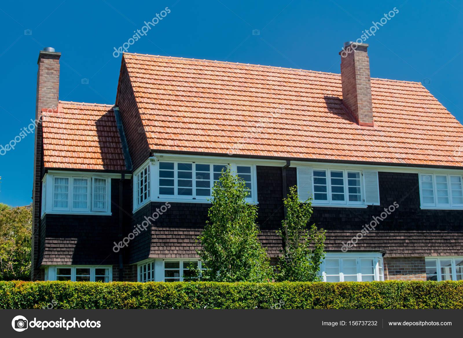 schönes Haus außen an sonnigen Tag — Stockfoto © vician #156737232