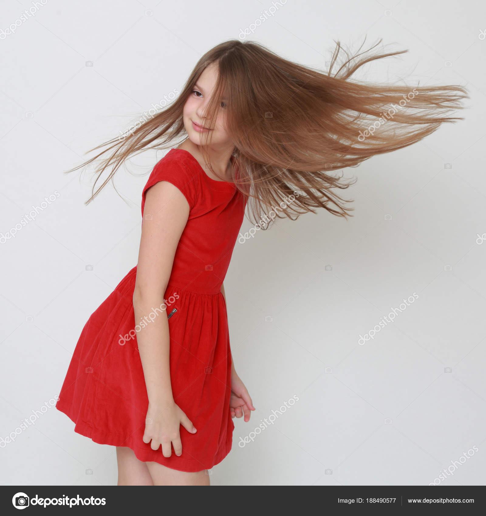 2672e3d3c52f33 Mooie Tiener Meisje Dragen Rode Jurk — Stockfoto © Mari1Photo  188490577