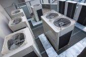 Fotografie Klimatizační zařízení na moderní budova - anténa/DRONY