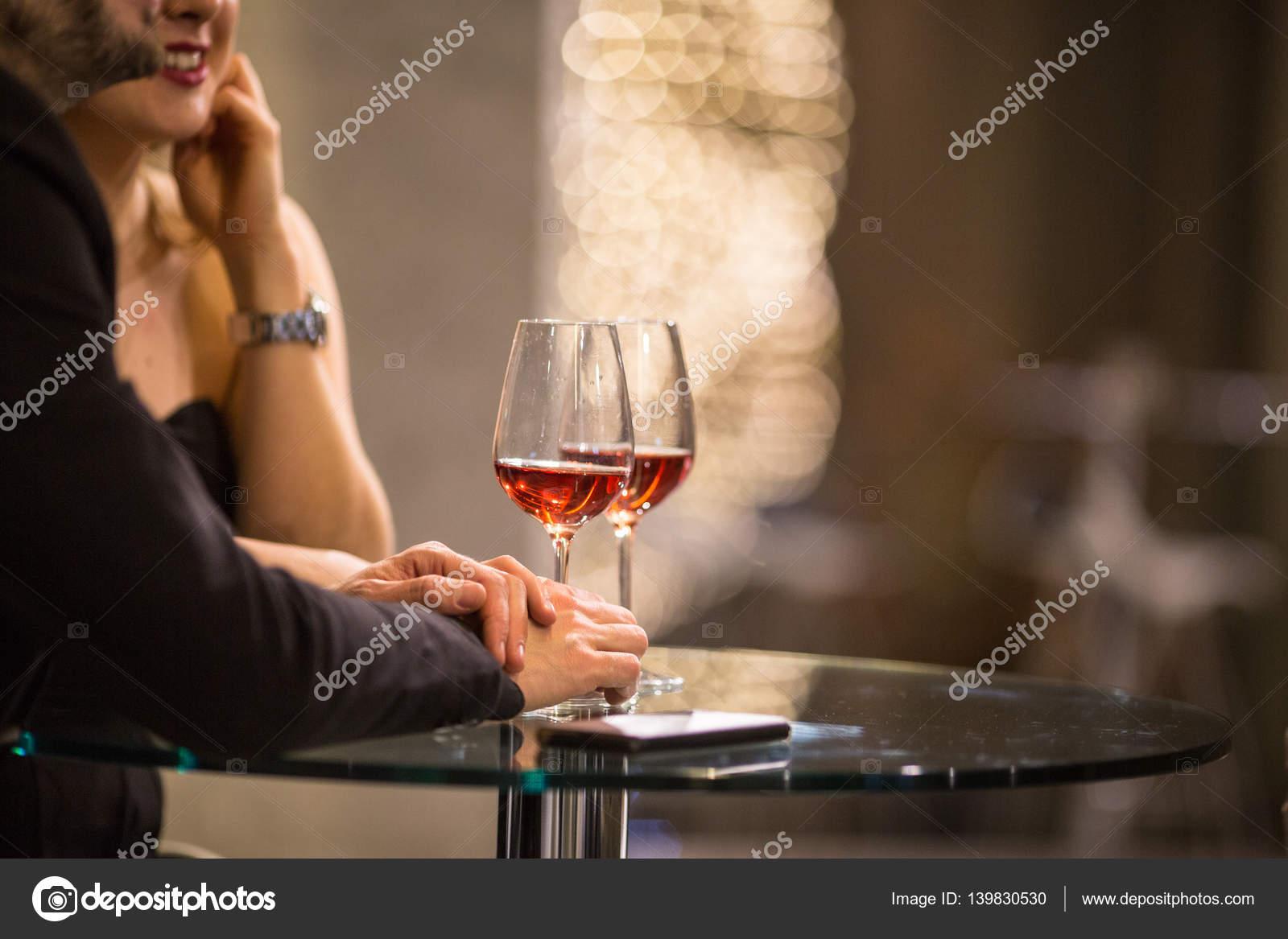 Mann und eine Frau, die Getränke/Glas Wein in einer bar — Stockfoto ...