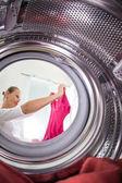 Fiatal nő csinál mosoda - Nézd meg a mosógép