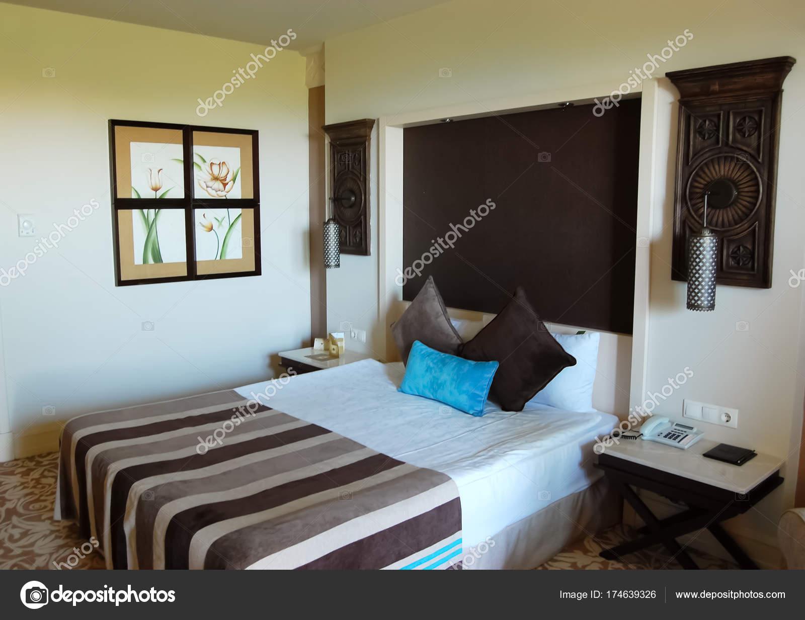 Intérieur chambre à coucher en couleurs brun-beige en hôtel de luxe ...
