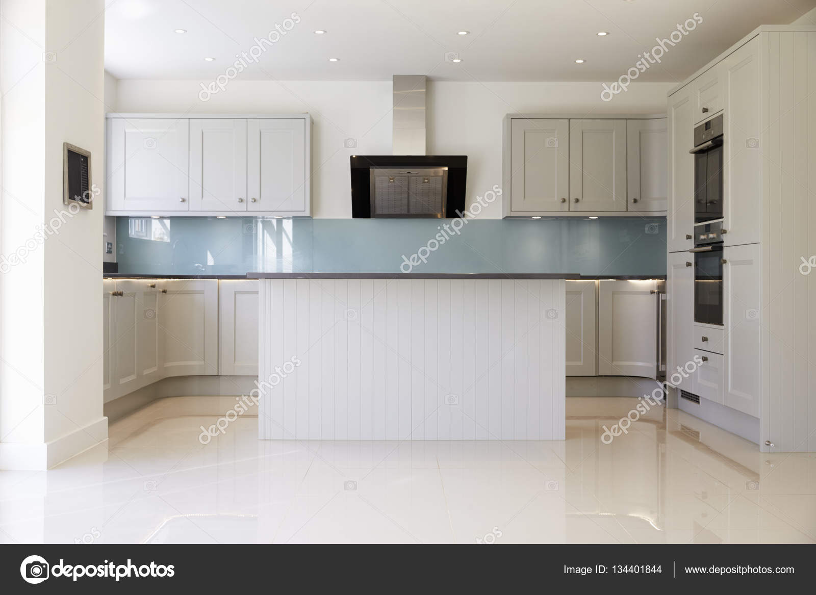 Lege keuken in modern huis u2014 stockfoto © monkeybusiness #134401844