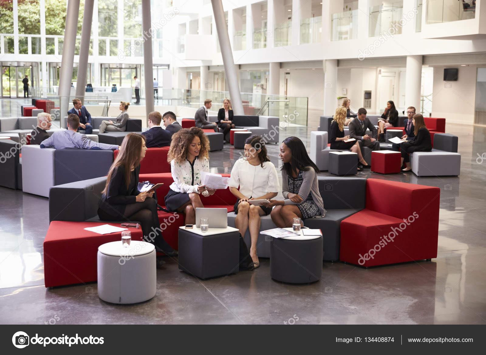 Femmes chefs d entreprise réunis à hall occupé de bureau moderne