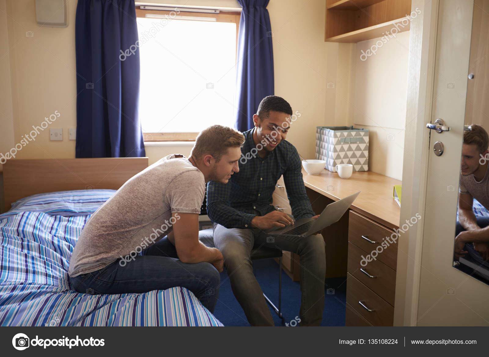 Studenti di sesso maschile lavora In camera da letto — Foto Stock ...