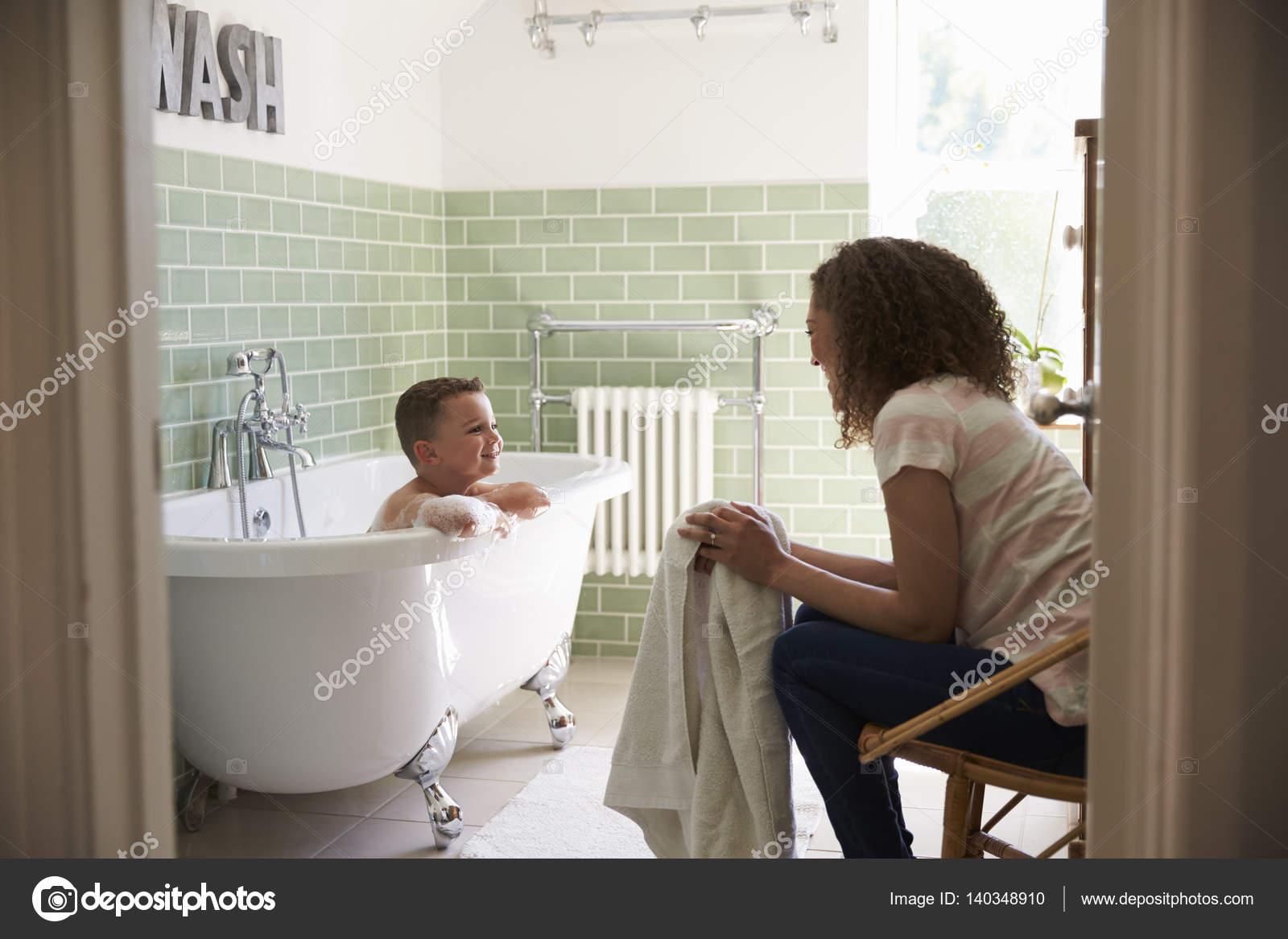 Mutter und Sohn im Bad — Stockfoto © monkeybusiness #140348910