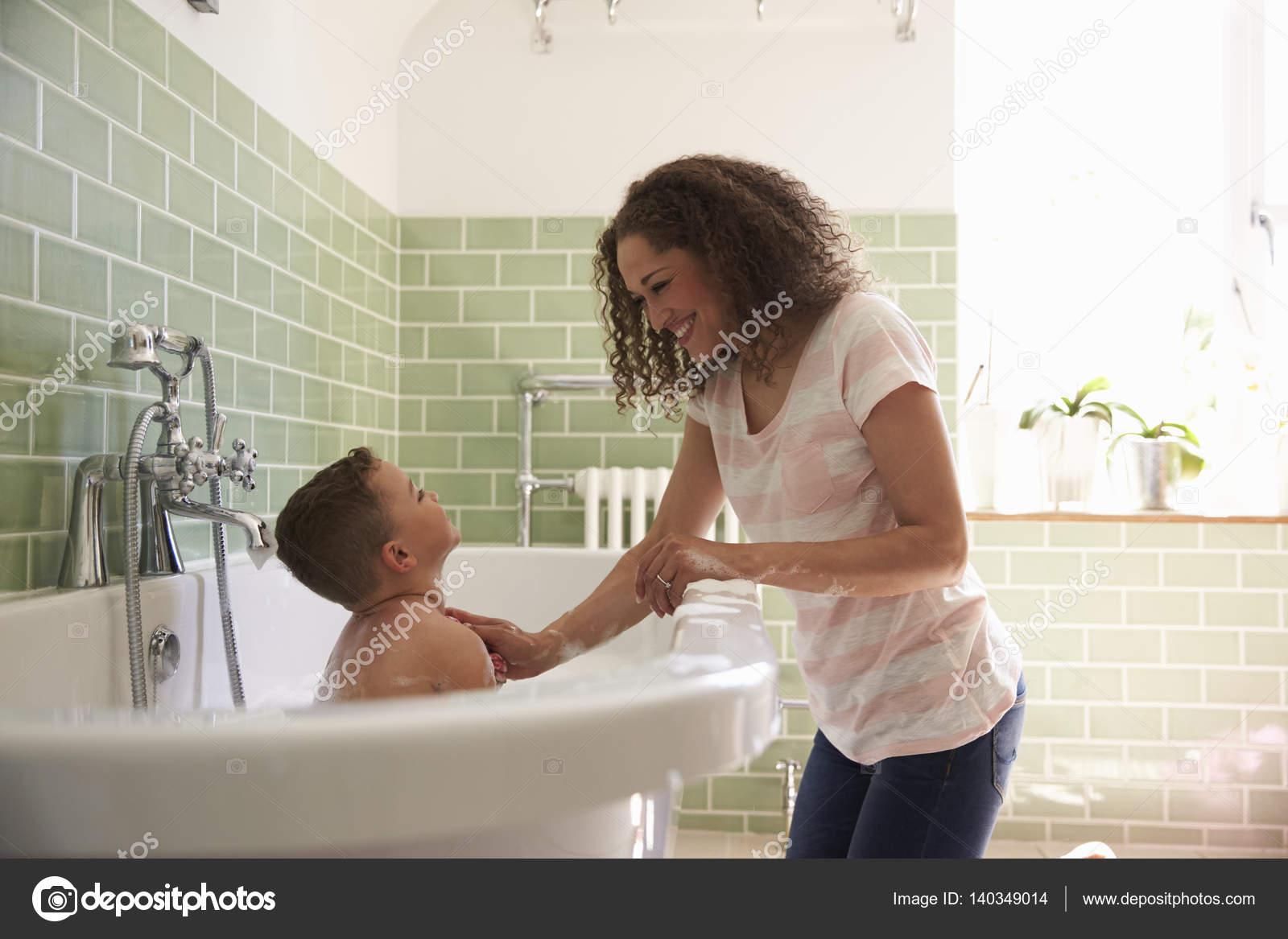 женщина и сын в ванной