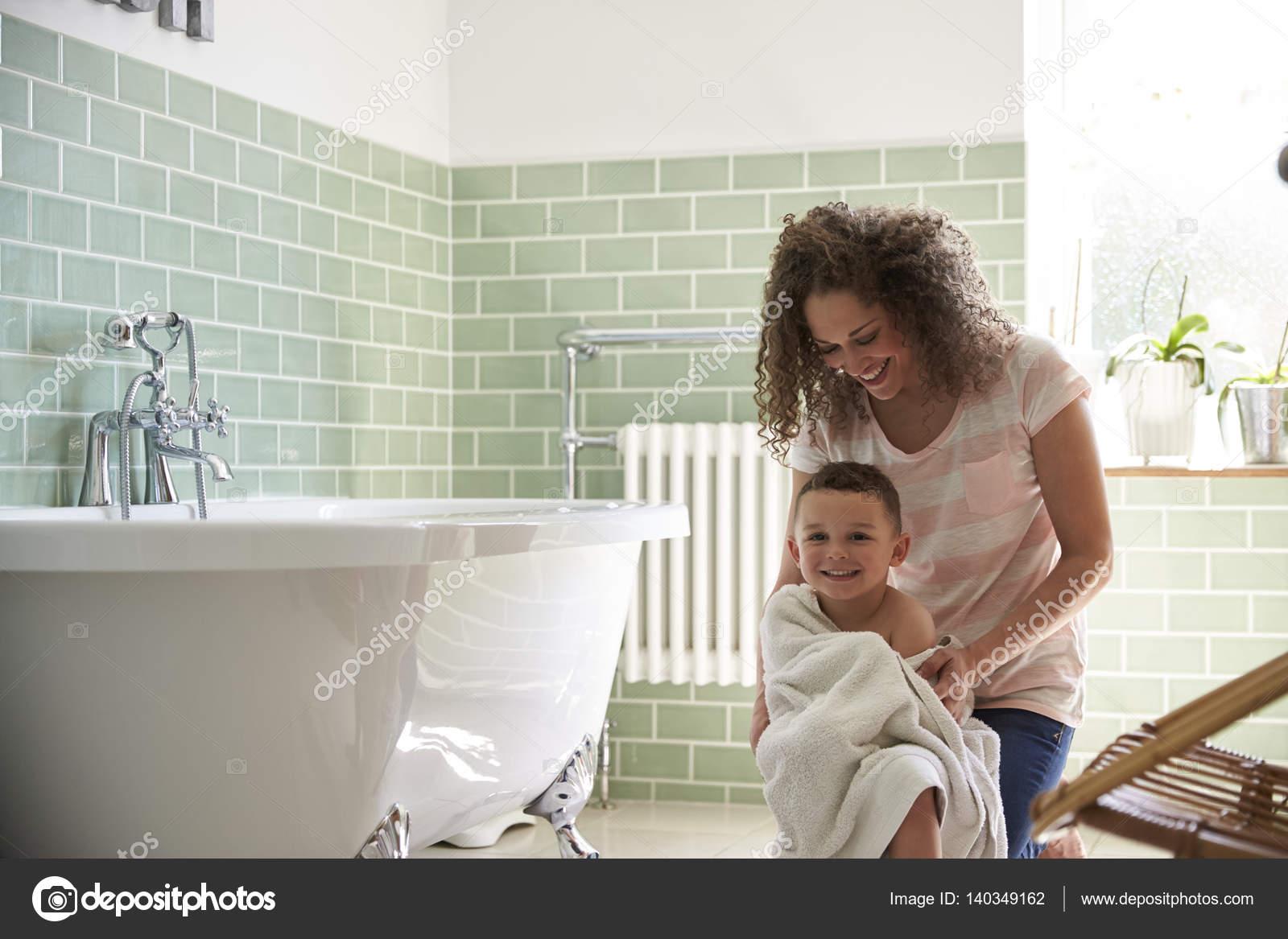 Mit Handtuch trocknen Sohn Mutter — Stockfoto © monkeybusiness ...