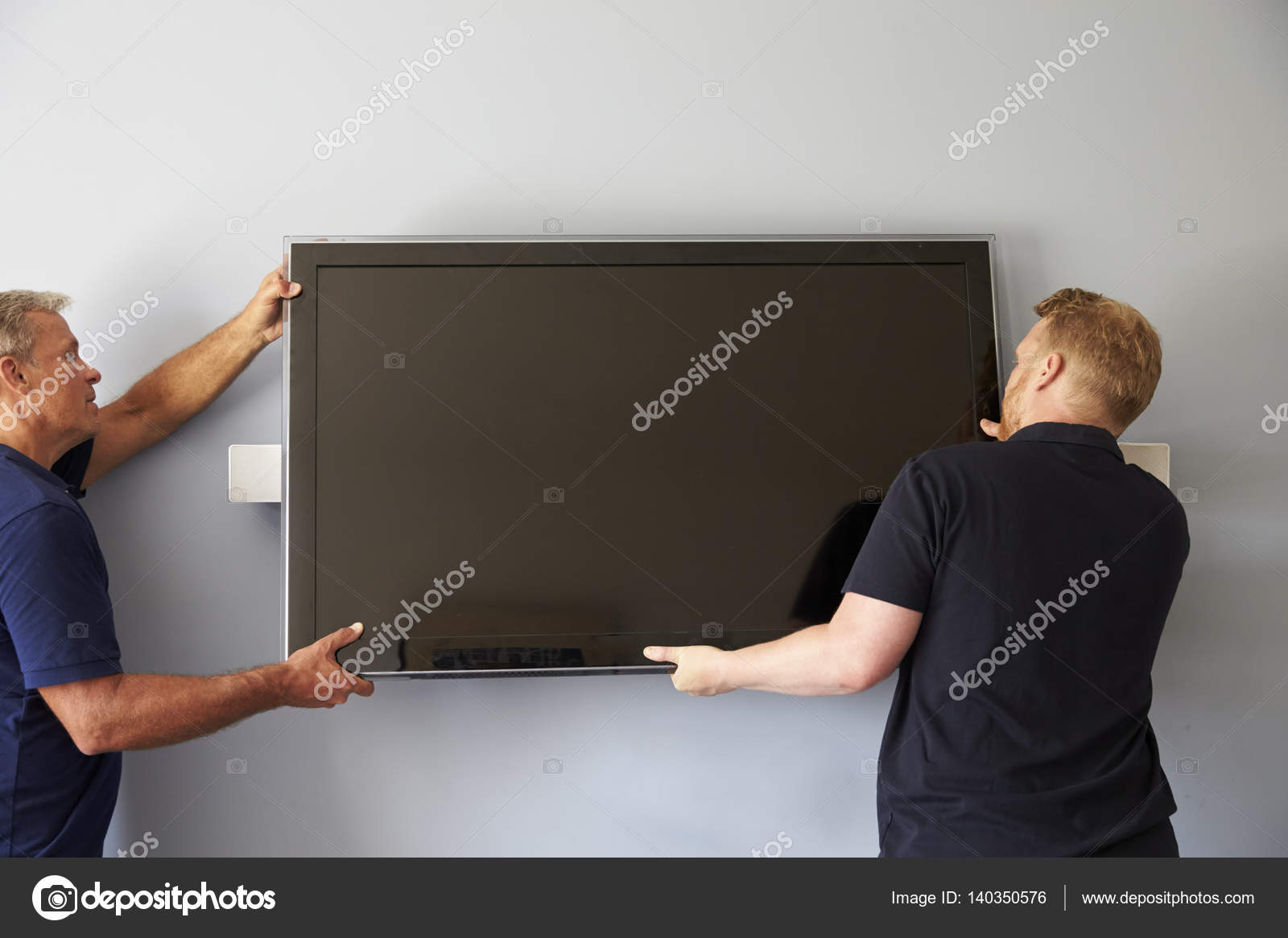 Manner Tv An Der Wand Anbringen Stockfoto C Monkeybusiness 140350576