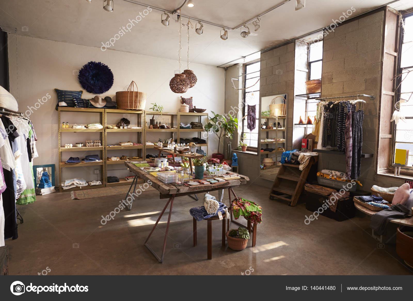 Interieur van de winkel verkopen van kleding — Stockfoto ...