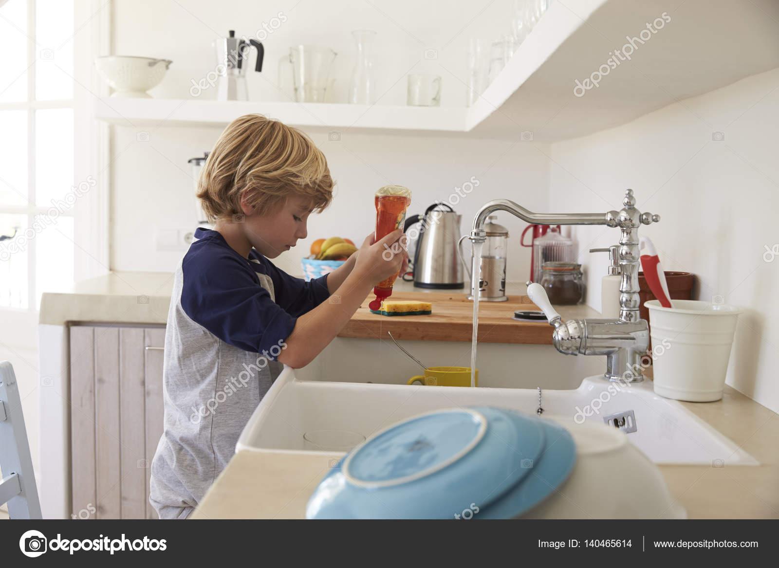 Lavar Los Platos En Cocina Infantil
