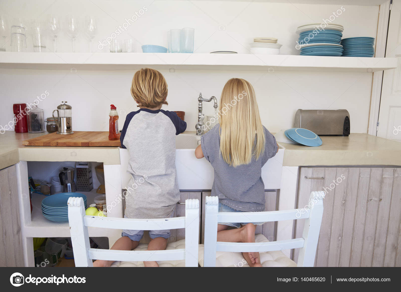 Keuken Voor Kinderen : Kinderen afwas in de keuken u stockfoto monkeybusiness