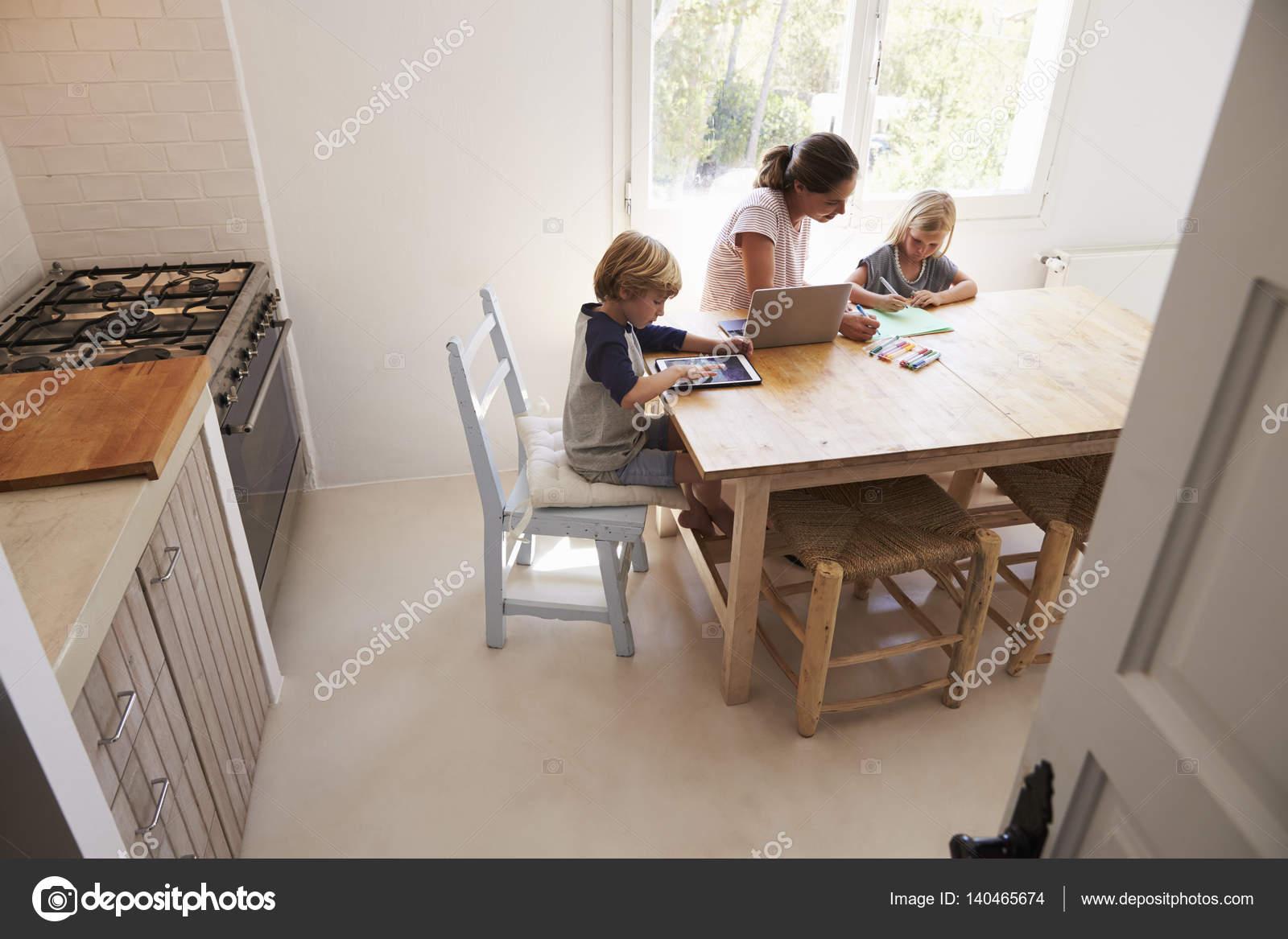 Keuken Voor Kinderen : Moeder en kinderen werken in de keuken u stockfoto