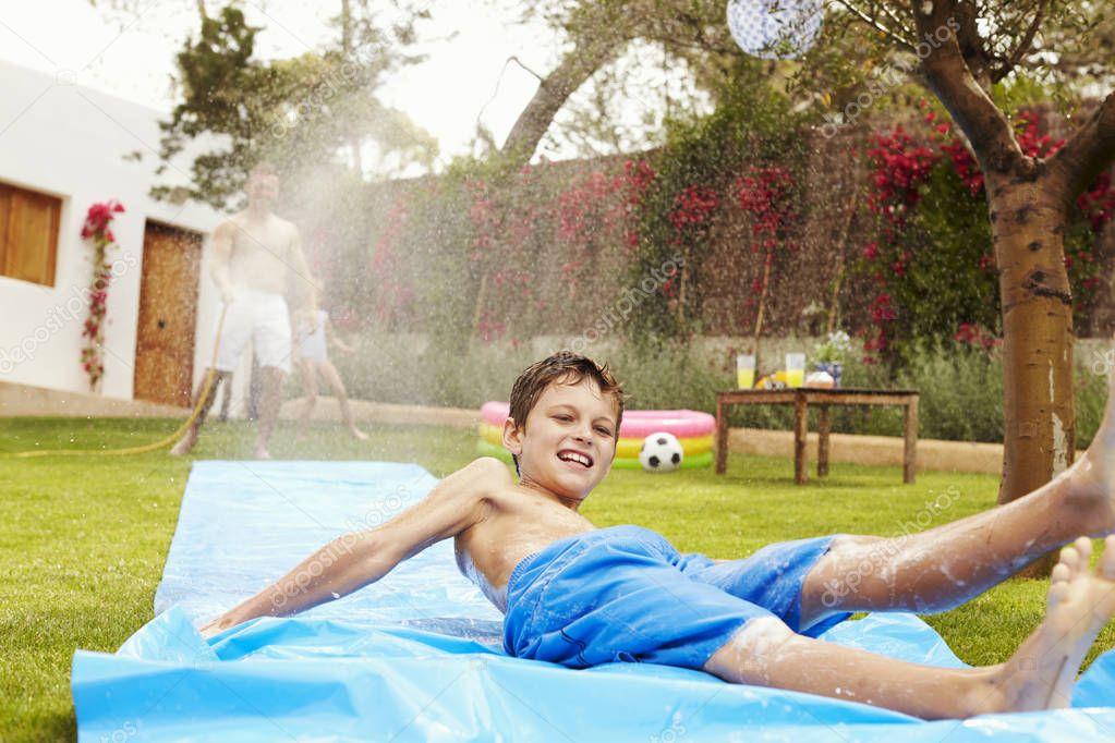 Mann Kastration junge auf Wasserrutsche — Stockfoto