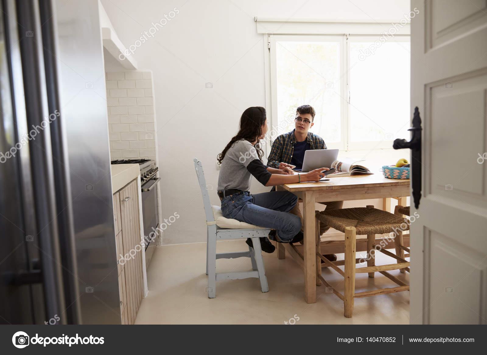 Tavolo Della Cucina.Adolescenti Ne Al Tavolo Della Cucina Foto Stock