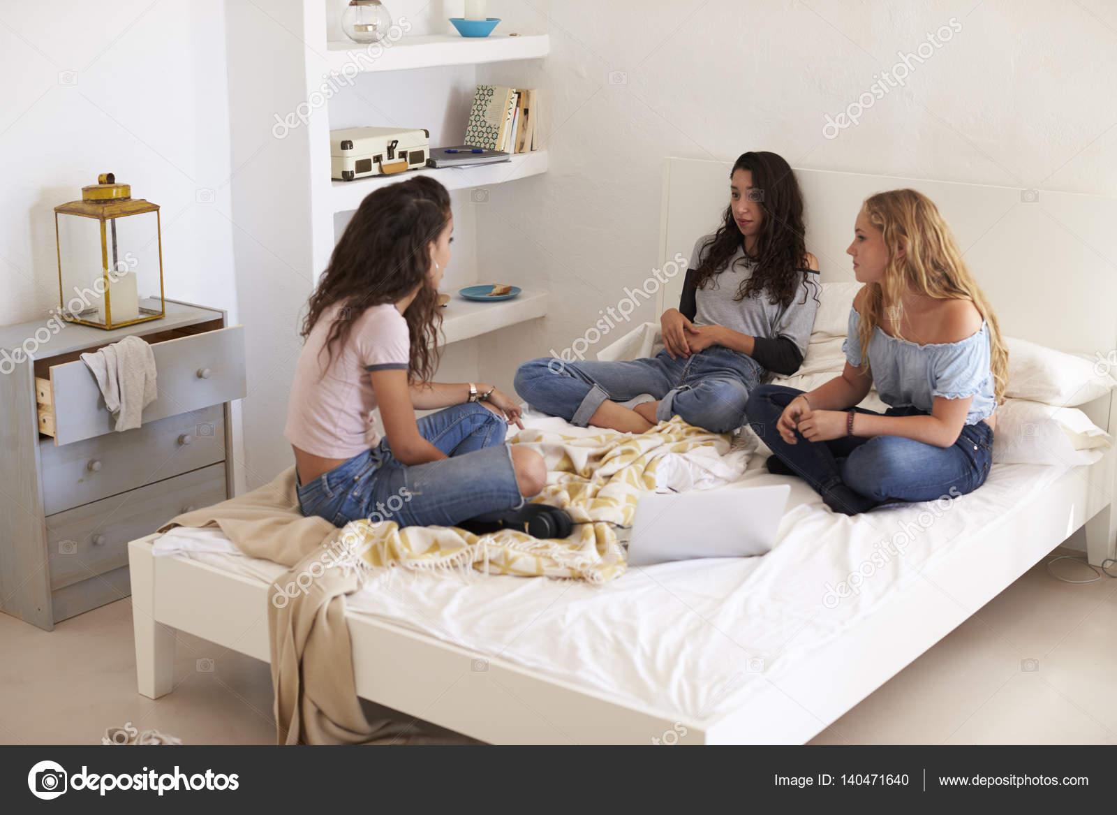 Faszinierend Teenager Bett Ideen Von Drei Mädchen Im Teenageralter Auf Mit Sitzen