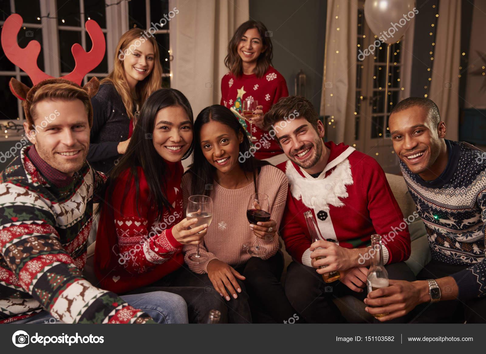 45b59b31173b2c Portret van vrienden In feestelijke Jumpers — Stockfoto ...