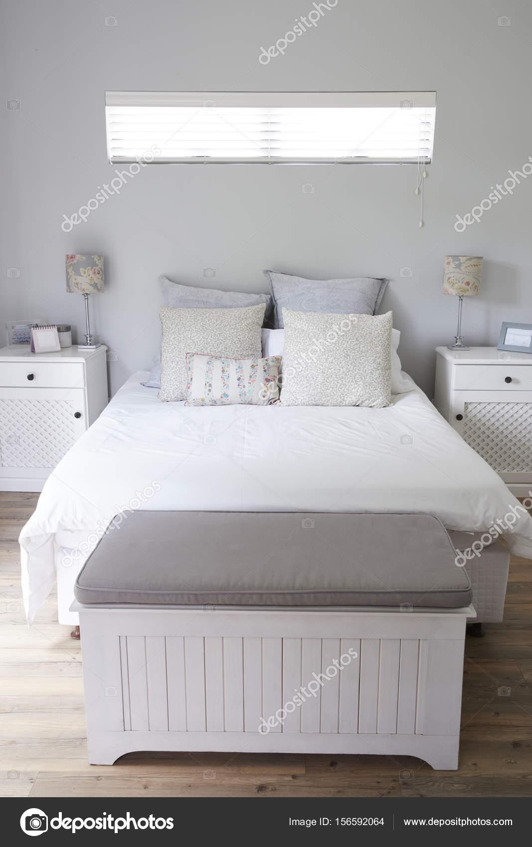 Elegante camera da letto contemporanea — Foto Stock © monkeybusiness ...