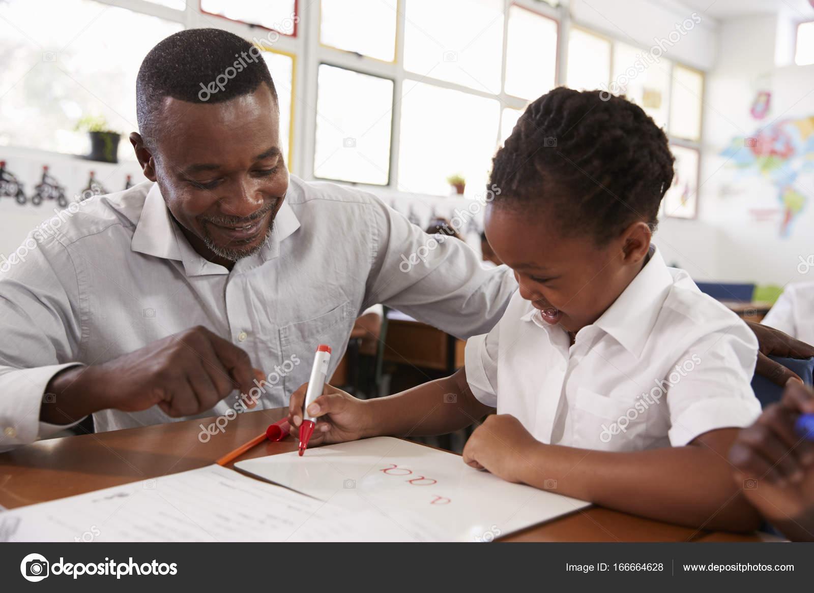 Девушка помогает ручкой