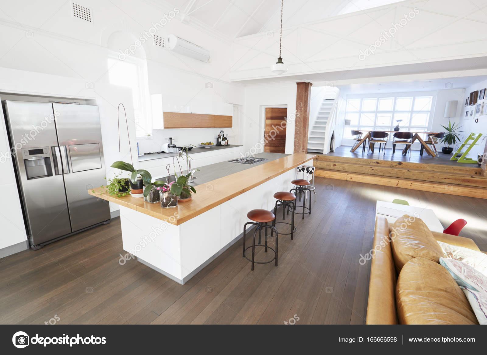 Intérieur avec cuisine ouverte et salle à manger — Photographie ...