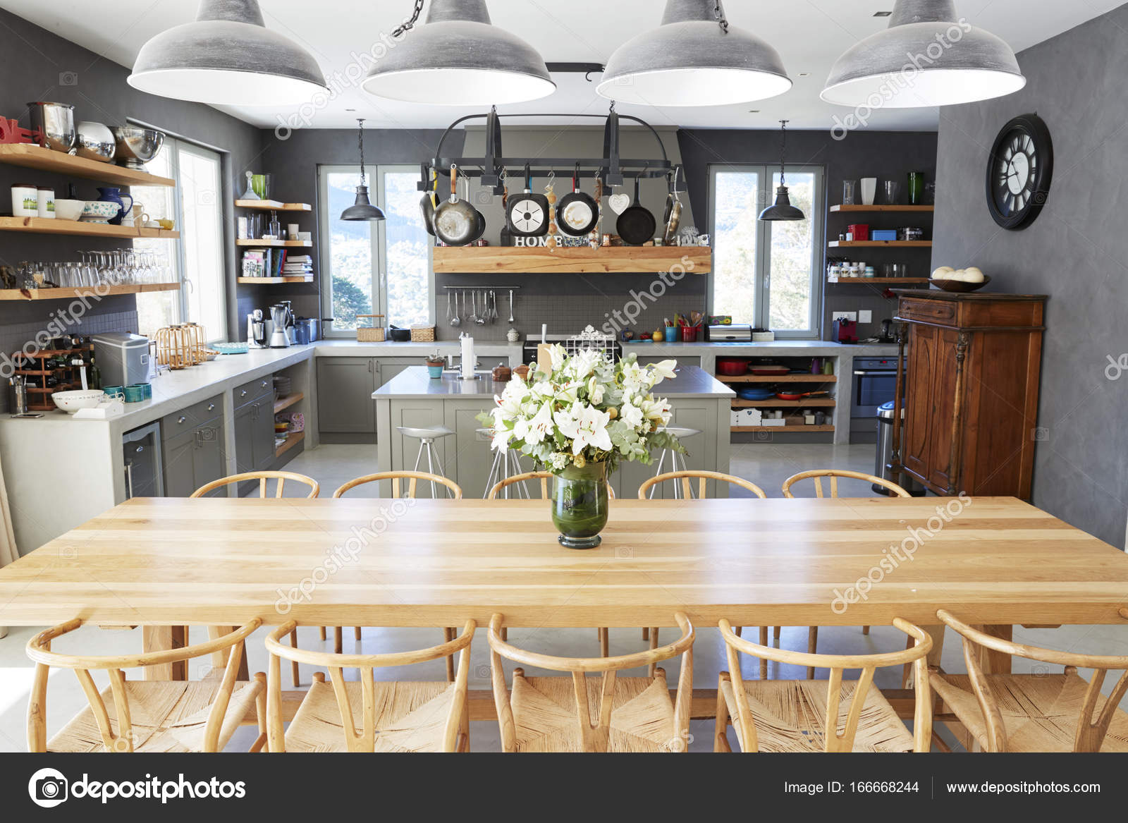 Intérieur de la maison avec cuisine ouverte — Photographie ...