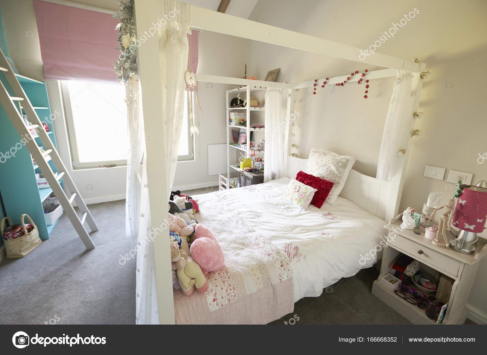 Interiore della casa con camera da letto ragazze — Foto Stock ...