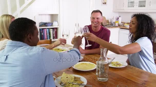 Recevoir Des Amis couple senior, recevoir des amis à dîner — vidéo monkeybusiness