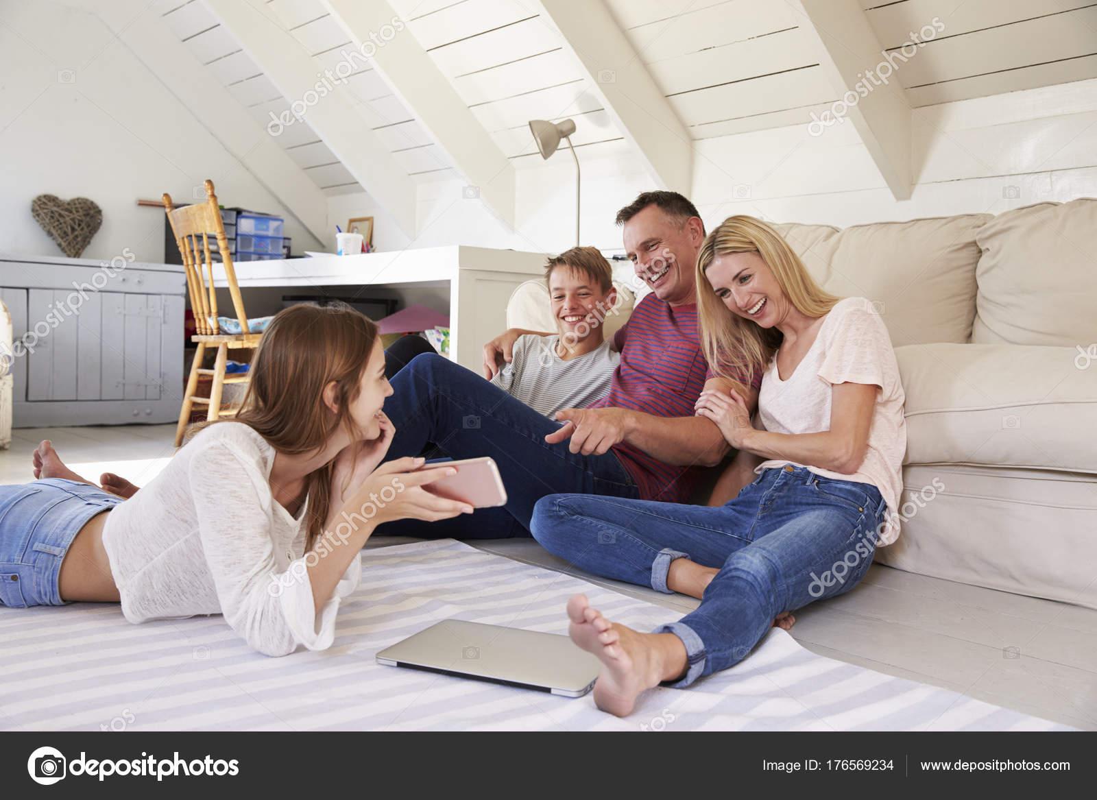 Usando A Tecnologia Em Casa De Família U2014 Fotografia De Stock